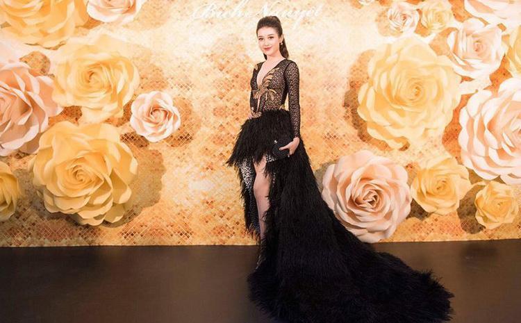 Kiểu tóc cột cao của Á hậu Việt Nam 2014 cũng không phù hợp bộ trang phục mang phong cách quyền quý.