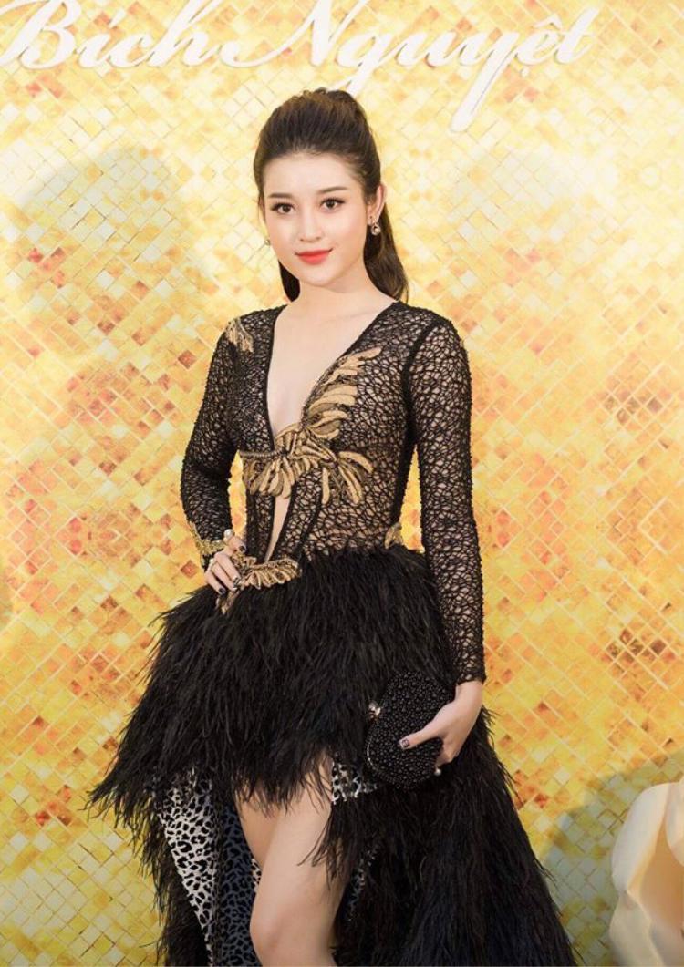 Dù vậy, người đẹp sinh năm 1996 vẫn rất tự tin khi khoác lên mình thiết kế của Lê Thanh Hoà.