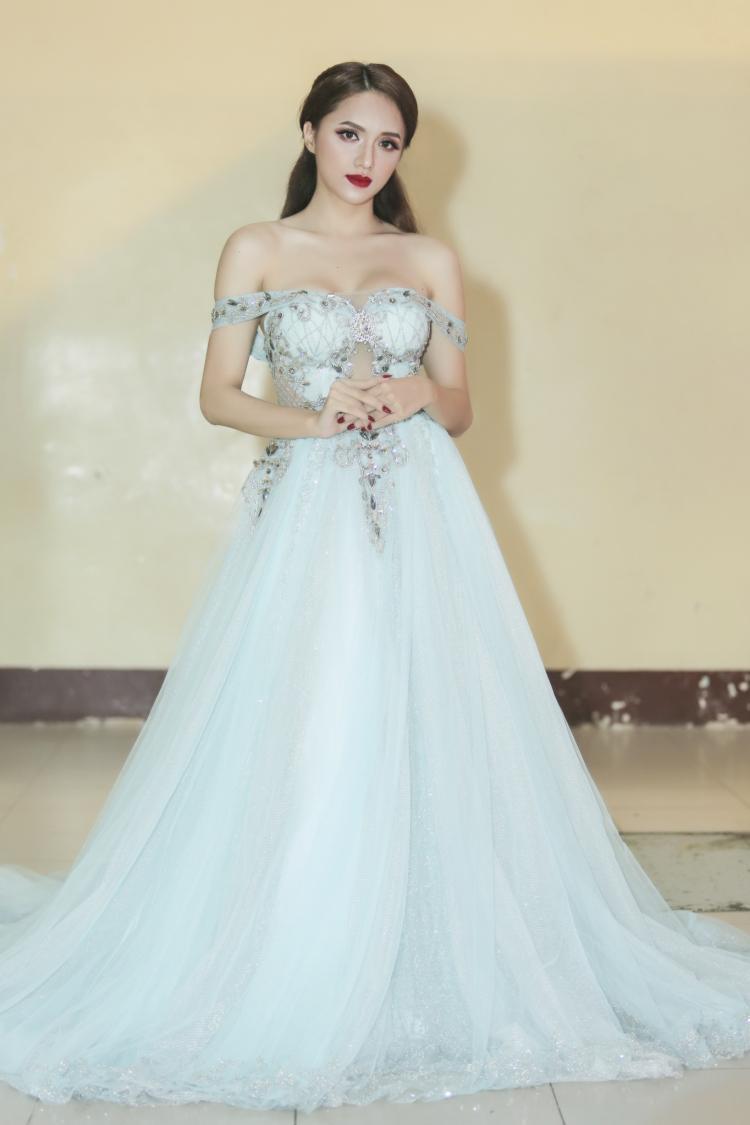 Nhìn Giang đẹp mong manh có khác gì nàng công chúa đâu? Không cần thiết phải ăn vận lồng lộn mới là đẹp.