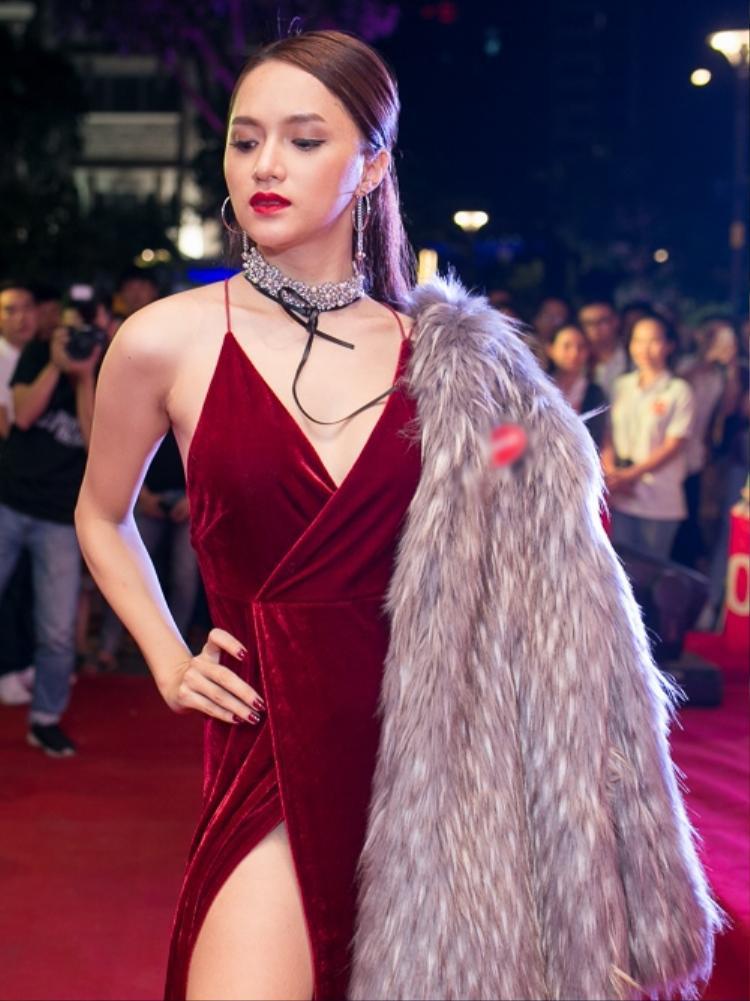 Bộ váy xẻ vừa phải với màu đỏ đun sang trọng rất hợp với áo khoác lông. Kiểu tóc chải thẳng của Giang nhìn cũng rất ưng mắt.