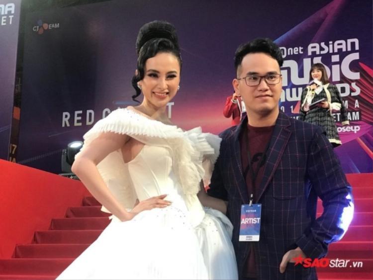 """Qua bàn tay khéo léo của stylist Hoàng Ku và NTK Nguyễn Tiến Truyển, """"tác phẩm"""" này đã đạt được những thành công vượt qua mong đợi. Thế nhưng, chiếc váy của Angela Phương Trinh khiến công chúng nhớ đến hình ảnh người đẹp Claire Danes trên thảm đỏ Met Gala 2016."""