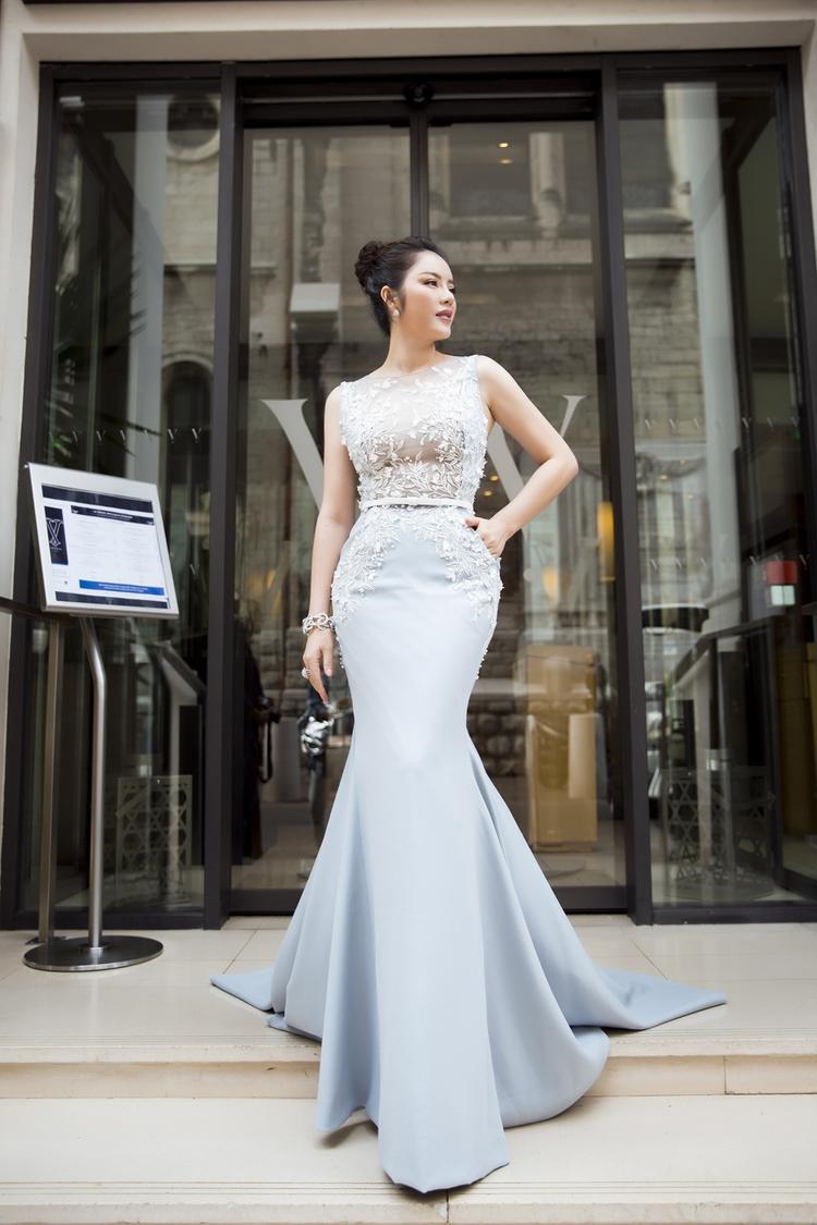 Chiếc đầm Georges Hobeika được cô lựa chọn trong ngày thứ hai đi thảm đỏ LHP Cannes nằm trong bộ sưu tập Haute Couture của hãng này có giá trị 45.000 USD. Bộ trang sức khủng của hàng Paolo Piovan, mỗi năm thương hiệu này chỉ sản xuất 1-3 mẫu vòng kim cương được làm hoàn toàn bằng tay. Cụ thể chiếc vòng tay giá trị 70.000 USD, nhẫn 50.000 USD và đôi bông tai 40.000 USD.