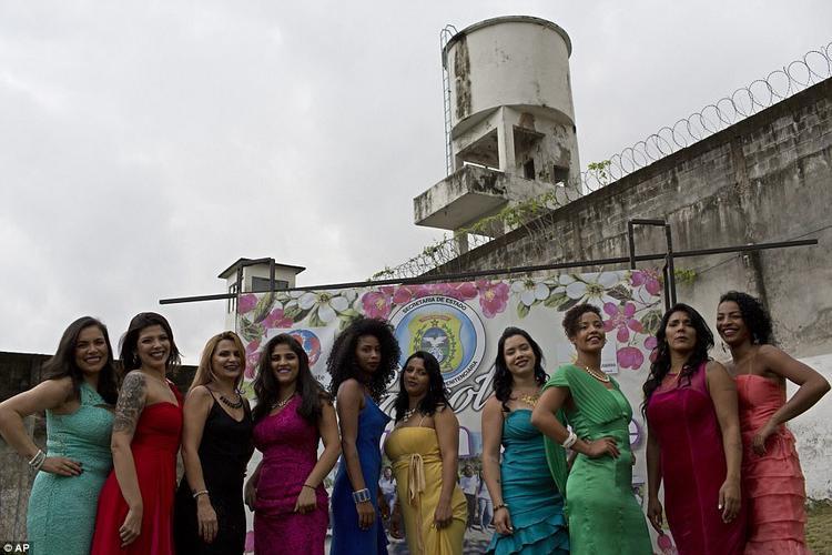 """Cuộc thi """"Hoa khôi tôi phạm"""" được tổ chức thường niên tại nhà tù nữ Talavera Bruce ở thành phố Rio de Janeiro, Brazil. Nhà tù này nằm trong trại cải tạo tập trung Bangu và nơi duy nhất ở Brazil dành riêng cho nữ giới. Nơi đây tập trung những nữ tội phạm nguy hiểm nhất nước."""