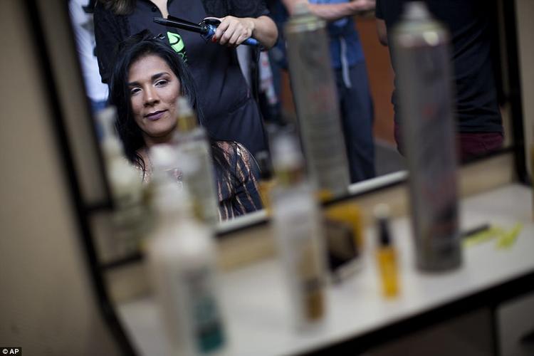 Những người trang điểm cho thí sinh cũng là tù nhân tại nhà tù Talavera Bruce.