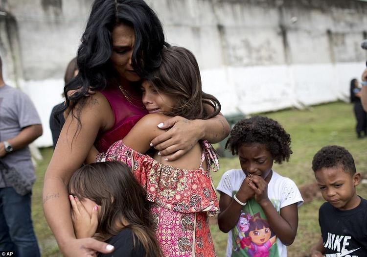 Nữ tù nhân Rossana Goncalves xúc động khi được gặp lại bốn đứa con của mình.
