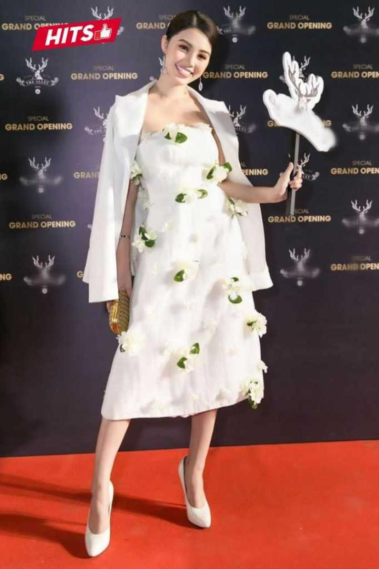Vẻ đẹp tự nhiên, thanh tú của Jolie Nguyễn càng được tôn lên với mẫu váy trắng đính hoa 3D. Để thêm phần sang trọng, người đẹp còn phối với áo vest khoác ngoài cùng tông màu.