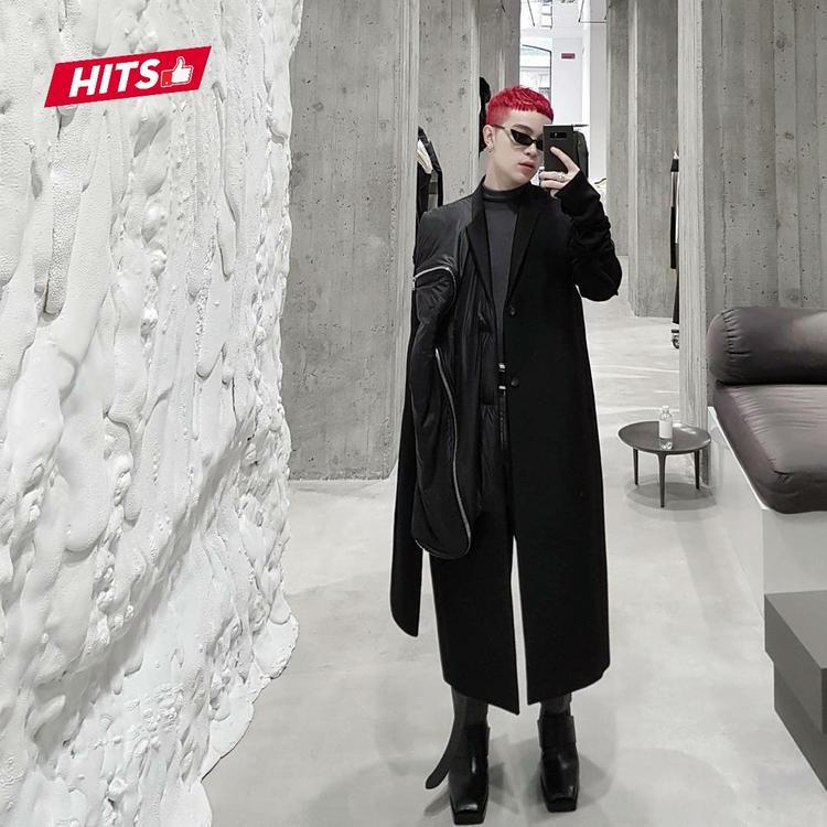 """Nổi tiếng với cách phối trang phục tông đen thời thượng, Kelbin Lei tiếp tục chứng tỏ đẳng cấp với outfit phối layer gồm áo khoác dáng dài, quần skinny và áo thun. Điểm nhấn kính mát độc đáo cùng mái tóc đỏ rực là chi tiết làm """"sáng bừng"""" cả bộ cánh."""