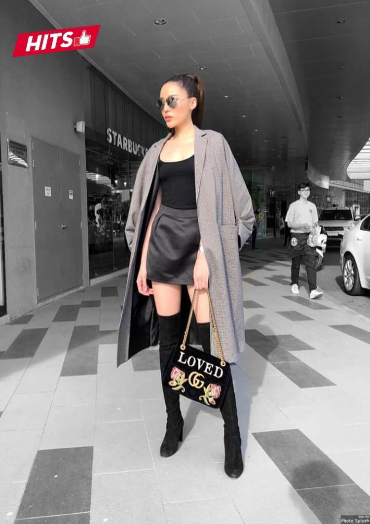 """Kỳ Duyên quả xứng danh """"Hoa hậu hàng hiệu"""" khi chưng diện bợ cánh streetstyle đẳng cấp gồm boots cao , chân váy và áo khoác thanh lịch. Điểm nhấn túi Gucci cầm tay hoàn thiện bộ cánh đắt giá."""