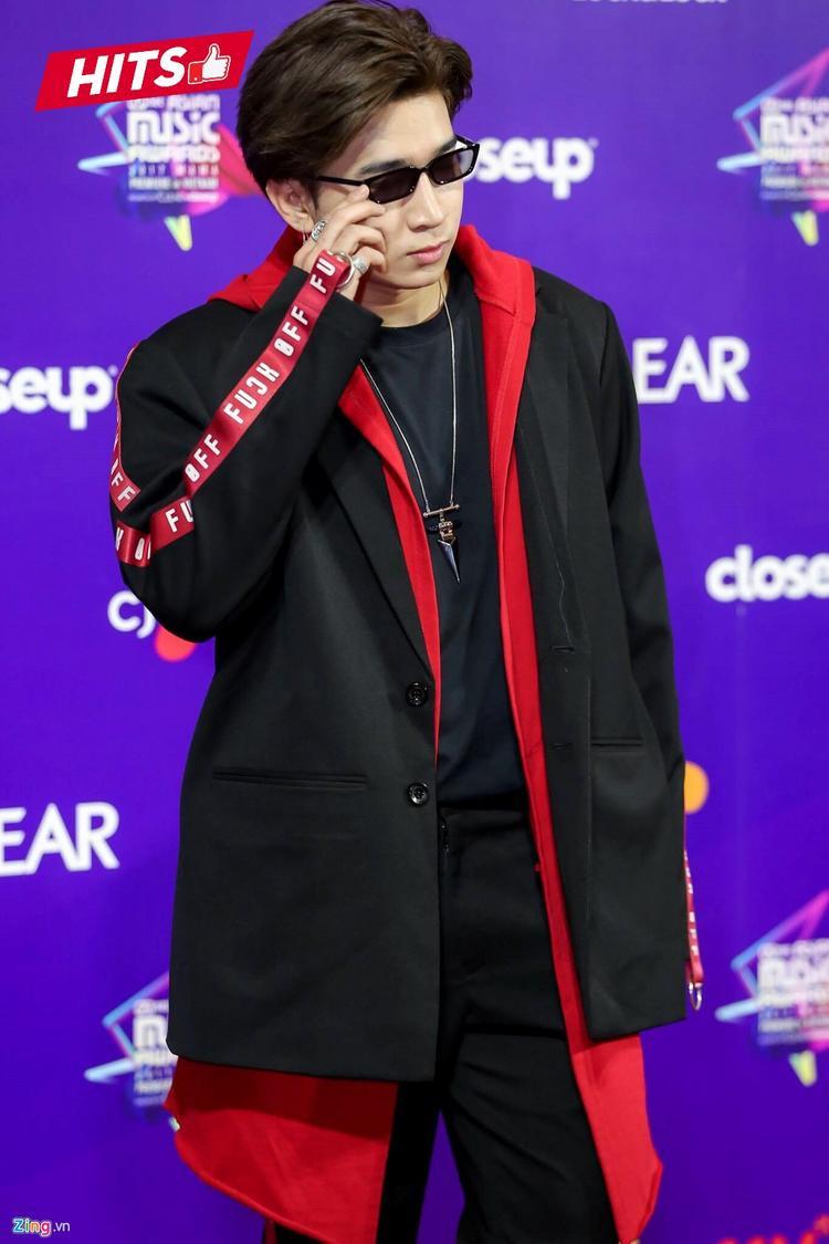 """Chi Dân không bao giờ khiến người hâm mộ thất vọng với style ăn mặc đậm chất """"Hàn Quốc"""". Đơn cử như bộ cánh phối layer gam màu đỏ, đen cá tính được anh trưng diện khi góp mặt ở Lễ trao giải MAMA 2017, diễn ra tại TP.HCM, tối 25/11."""