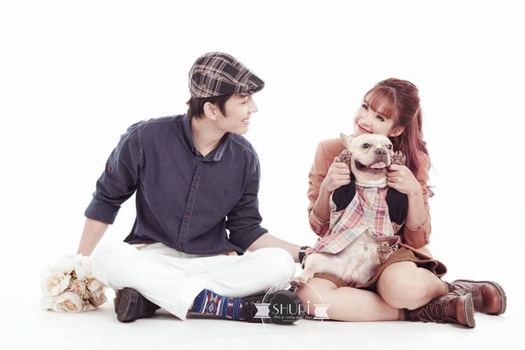 Ngoài loạt hình trên, Kelvin Khánh - Khởi My còn thực hiện một bộ ảnh trong trang phục cô dâu chú rể ở Hàn Quốc.