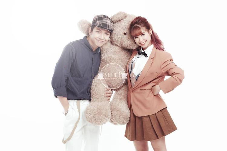 Khởi My và Kelvin Khánh diện trang phục theo phong cách vintage khá đơn giản, tạo cảm giác gần gũi như một gia đình.