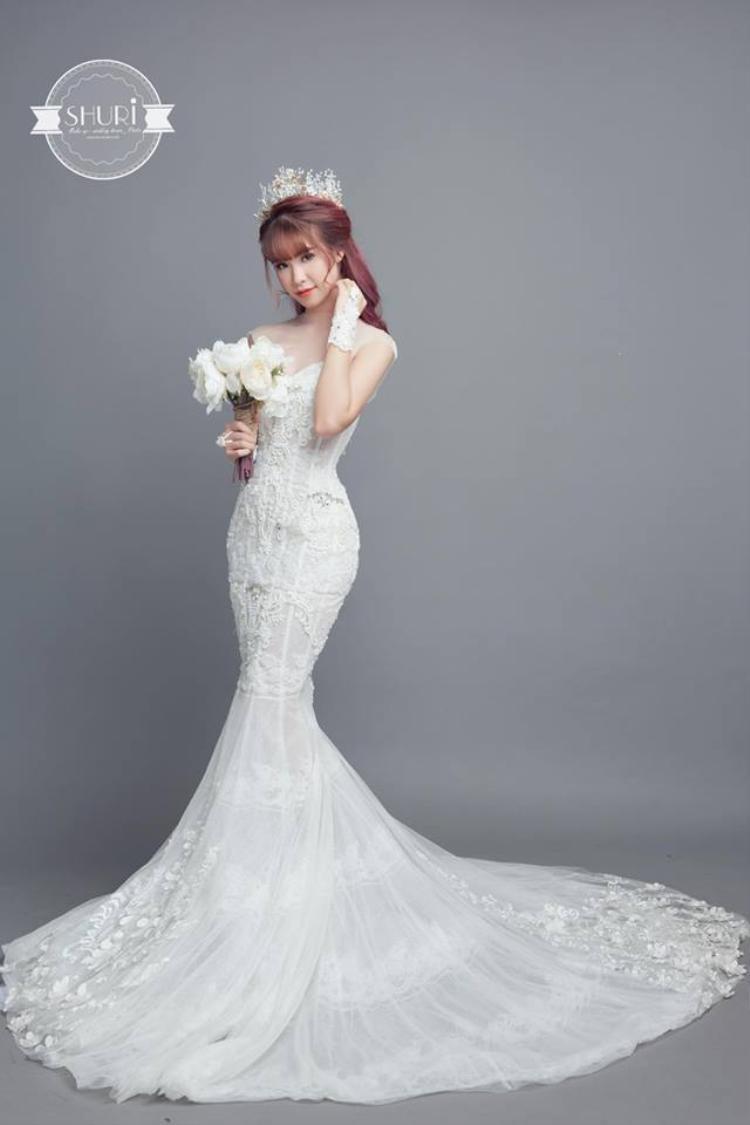 Chiếc váy cưới mà Khởi My khoác lên mình trong ngày vui trọng đại gắn 8.000 viên pha lê lấp lánh.