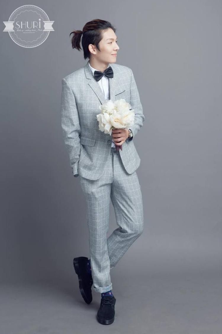 Kelvin Khánh đơn giản với vest kẻ sọc. Đặc biệt, kiểu tóc buộc khiến cựu thành viên nhóm La Thăng trông lãng tử hơn.