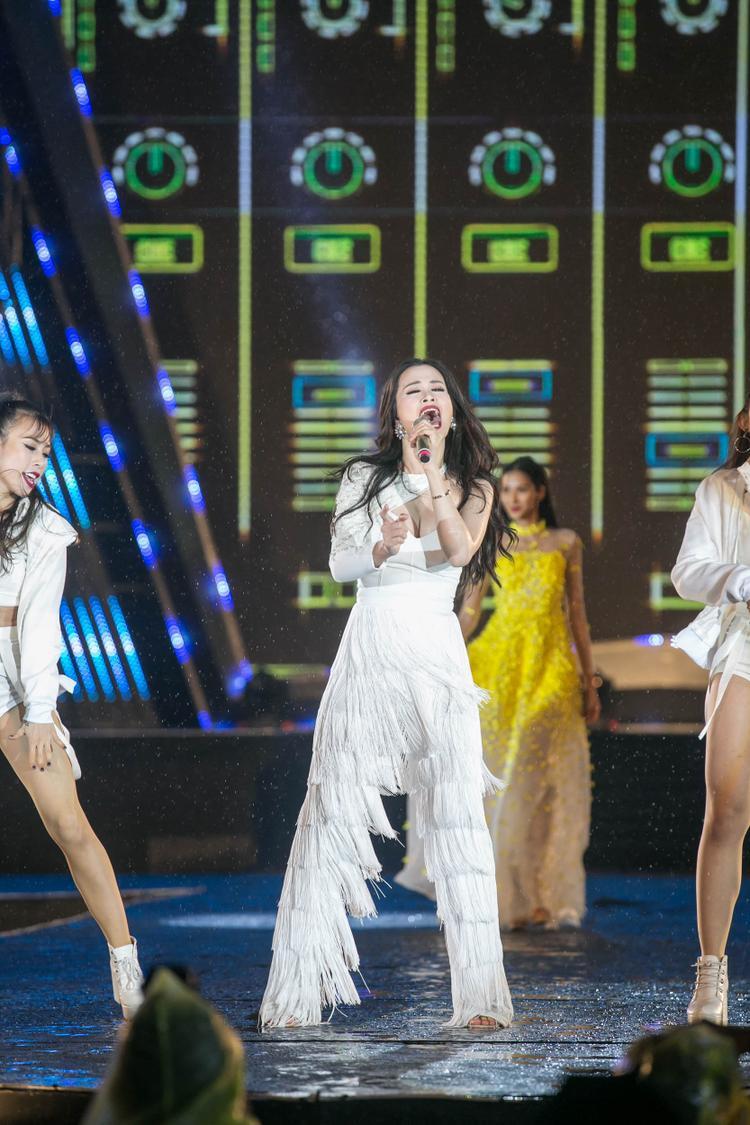 Trang phục ôm sát cơ thể màu trắng tôn vinh vóc dáng quyến rũ để thuận tiện cho việc biểu diễn các hit và thể hiện tài năng vũ đạo của Đông Nhi.