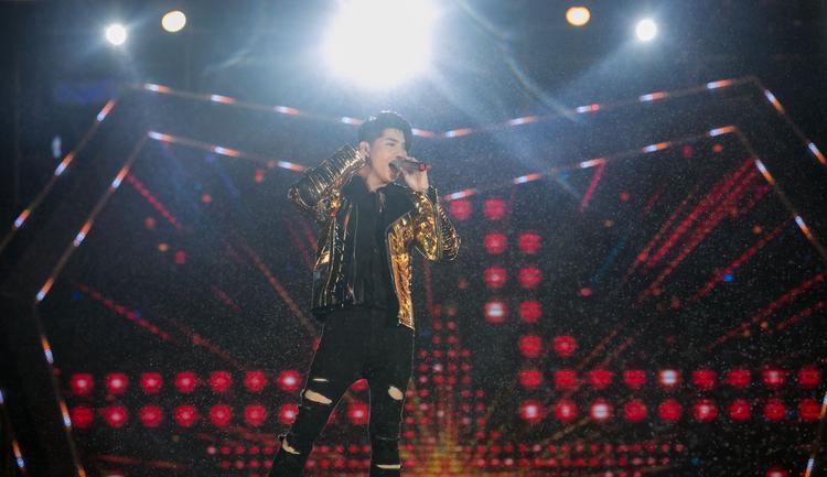 Từng diễn trong nhiều chương trình tại Đà Nẵng trước đây, giọng ca Chạm khẽ tim anh một chút thôinhanh chóng làm chủ sân khấu với màn vũ đạo nảy lửa.