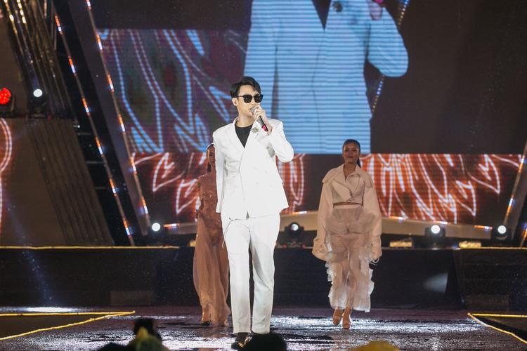 Nhiều fan nữ cũng nhiệt tình cổ vũ Rocker Nguyễn trong suốt thời gian anh biểu diễn trên sân khấu.