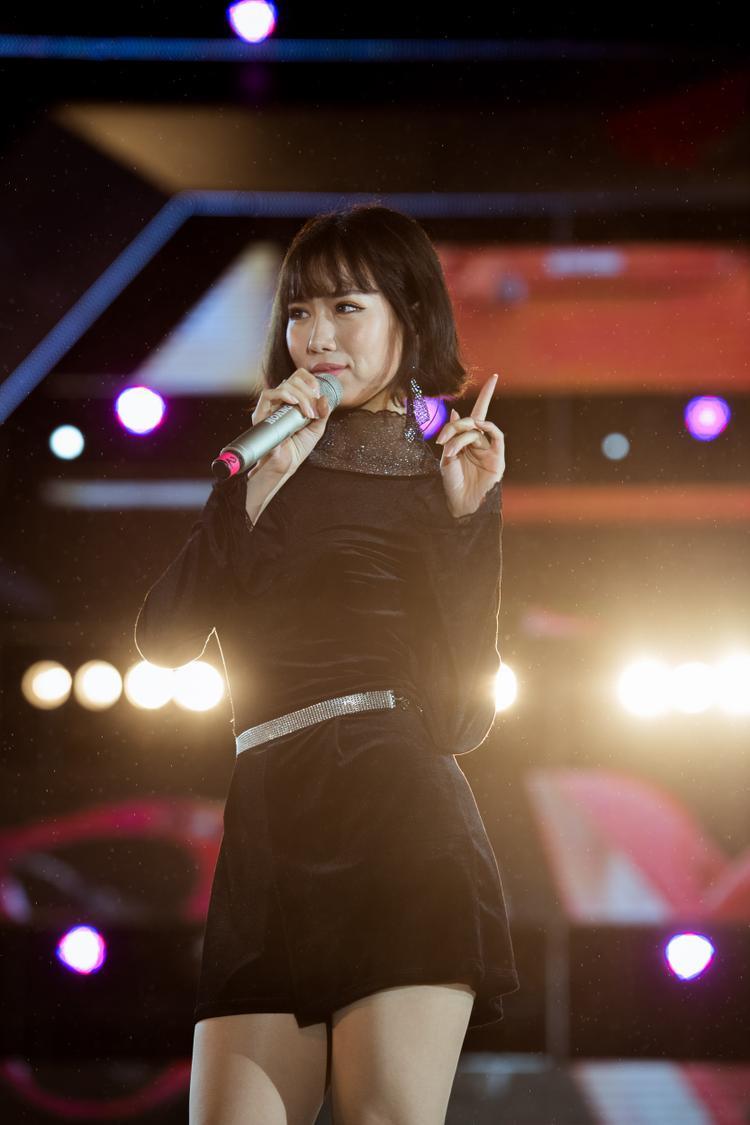 Khán giả trong suốt chương trình luôn đồng thanh hát theo những bản hit đã nằm lòng của các ca sĩ.