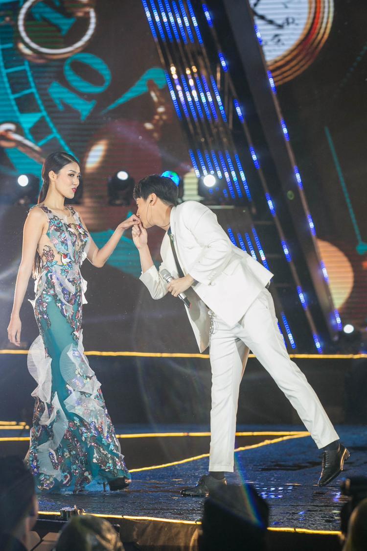 Đặc biệt, hành động bất ngờ hôn tay Lan Khuê của anh trong đêm nhạc làm các fan vô cùng thích thú.