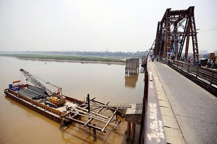 Quả bom được xác định cách gầm cầu Long Biên 5m.