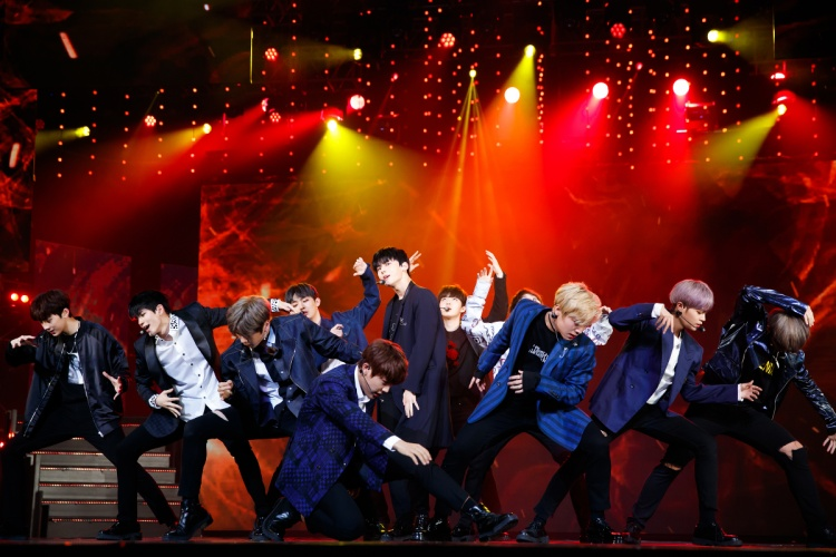 … và Wanna One đều mang đến loạt sân khấu bùng nổ tại nhà hát Hoà Bình tối qua.
