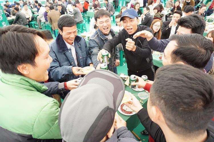 Cảnh người dân hô hào uống bia như uống nước.