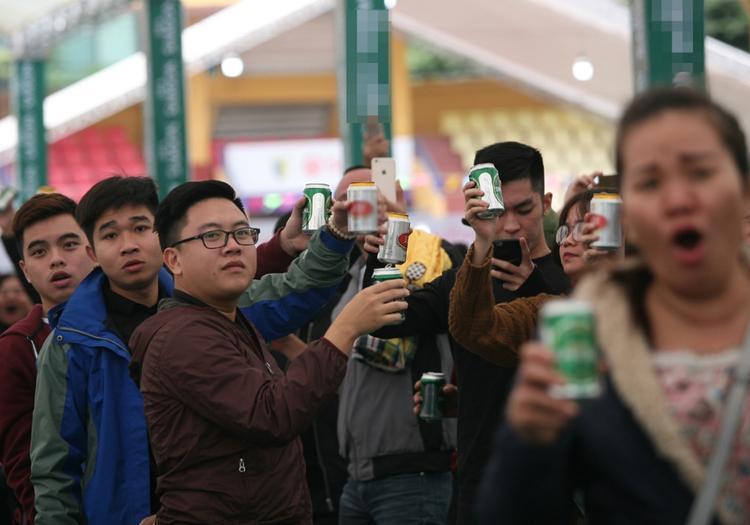Rất đông người đủ mọi lứa tuổi, nam nữ thích uống bia trong ngày nghỉ cuối tuần.