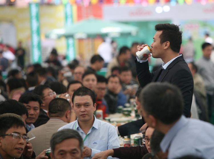 Trời lạnh nhưng ai nấy đều uống rất say sưa, nhiệt tình. Theo thống kê của hãng bia này thì năm 2010 người Việt tiêu thụ hết hơn 1 tỷ lít bia. Năm 20016 tiêu thụ hết 1,4 tỷ lít và dự kiến trong năm 2017 khoảng 1,7 tỷ lít bia.