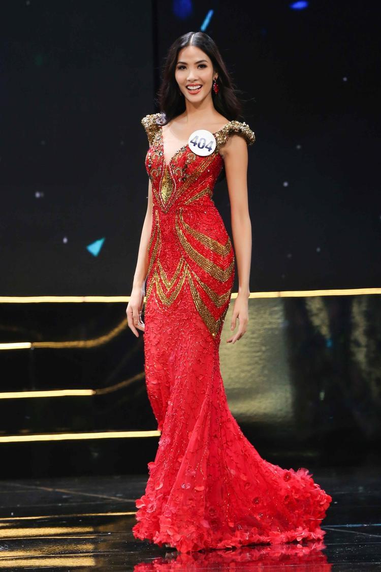 Hoàng Thùy nổi bật trên sân khấu bán kết Hoa hậu Hoàn vũ Việt Nam 2017.