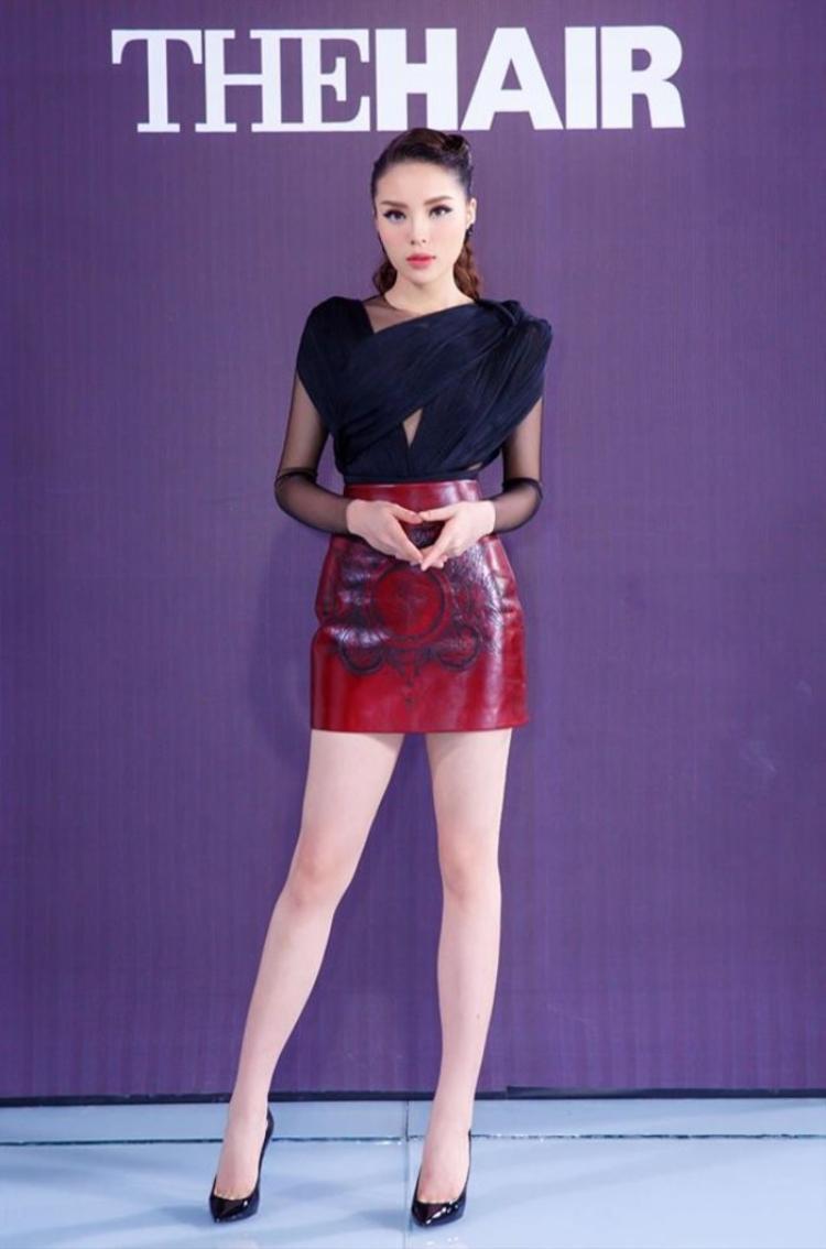 """Ở tập 2 của chương trình The Look, HLV Kỳ Duyên tiếp tục """"trung thành"""" với chân váy mini phối cùng chiếc áo cắt xẻ độc đáo. Hoàn thiện set đồ với giày cao gót mũi nhọn khiến hoa hậu tuy đơn giản nhưng vẫn rất thời thượng."""