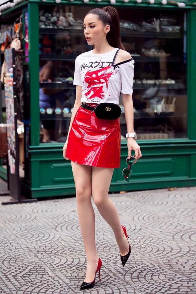 Trong buổi ghi hình cho tập 1 trước đó, HLV Kỳ Duyên cũng diện chân váy mini. Cô kết hợp cùng áo phông khóa kéo phần vai độc đáo.