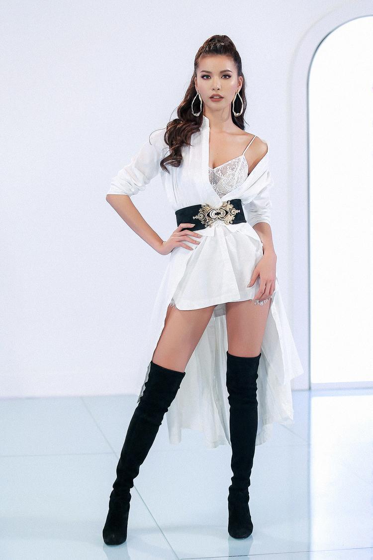 """Chiếc áo sơ mi dáng dài với thắt lưng đen nhấn eo, sự kết hợp khéo léo với đôi boots dài quá gối giúp đôi chân người mẫu càng được """"kéo dài"""" hơn một cách tự nhiên."""