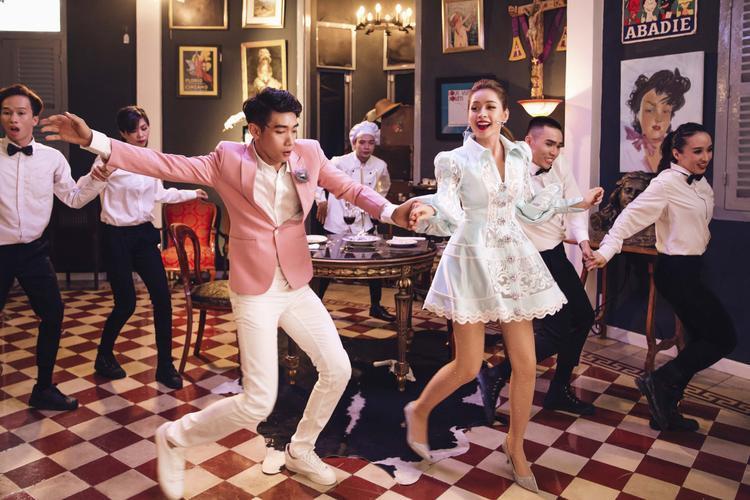 Chi Pu cũng chia sẻ cô rất thích vũ đạo trong MV lần này vì sự đáng yêu, rất dễ để fan có thể tập luyện và nhảy theo.