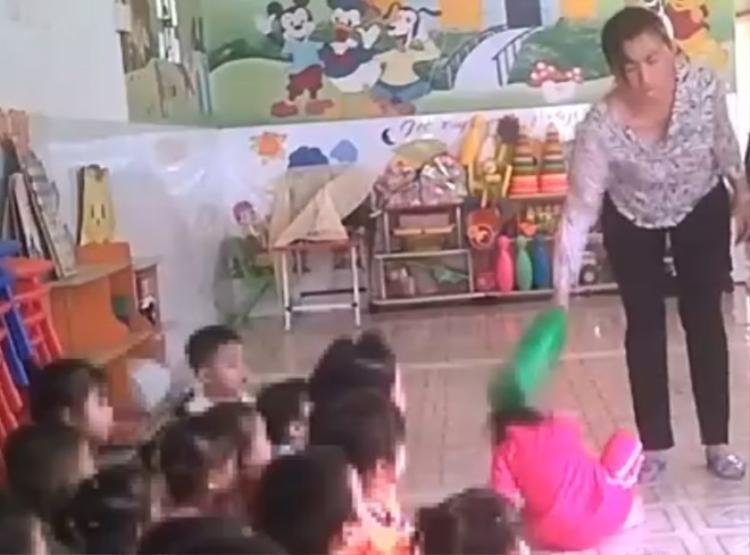 Hình ảnh giao viên bạo hành trẻ (ảnh cắt từ video của báo Tuổi Trẻ)