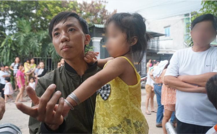 Anh Anh rất bức xúc khi biết con gái bị giáo viên bạo hành dã man.