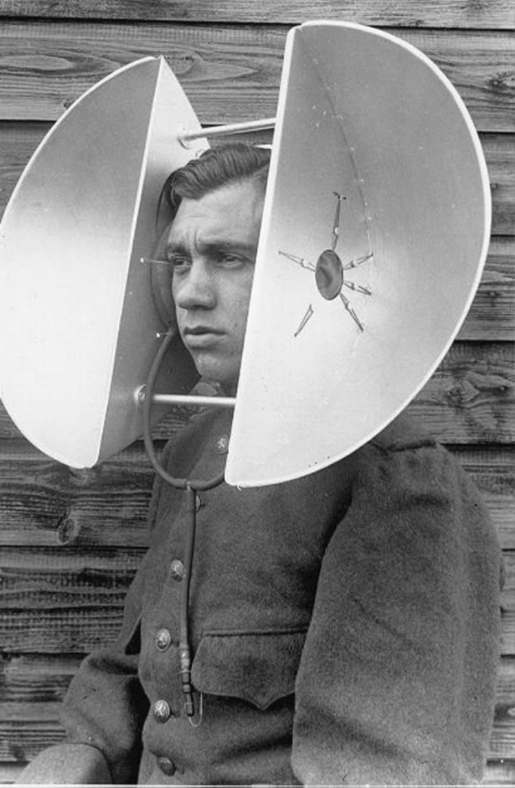 Những người làm công việc này có nhiệm vụ nghe ngóng âm thanh từ phía xa.