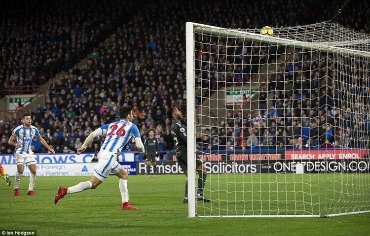 Sterling sắm vai người hùng của Man City với bàn thắng ở cuối trận, đem về 3 điểm cho đội khách. Đáng chú ý là bóng đã đập thẳng vào chân tiền vệ người Anh bay vào lưới trong sự ngỡ ngàng của các cầu thủ 2 đội.