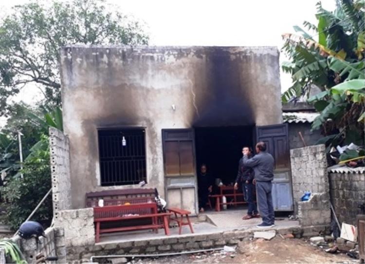 Sau vụ hỏa hoạn, căn nhà nhỏ chỉ còn lại bộ khung.