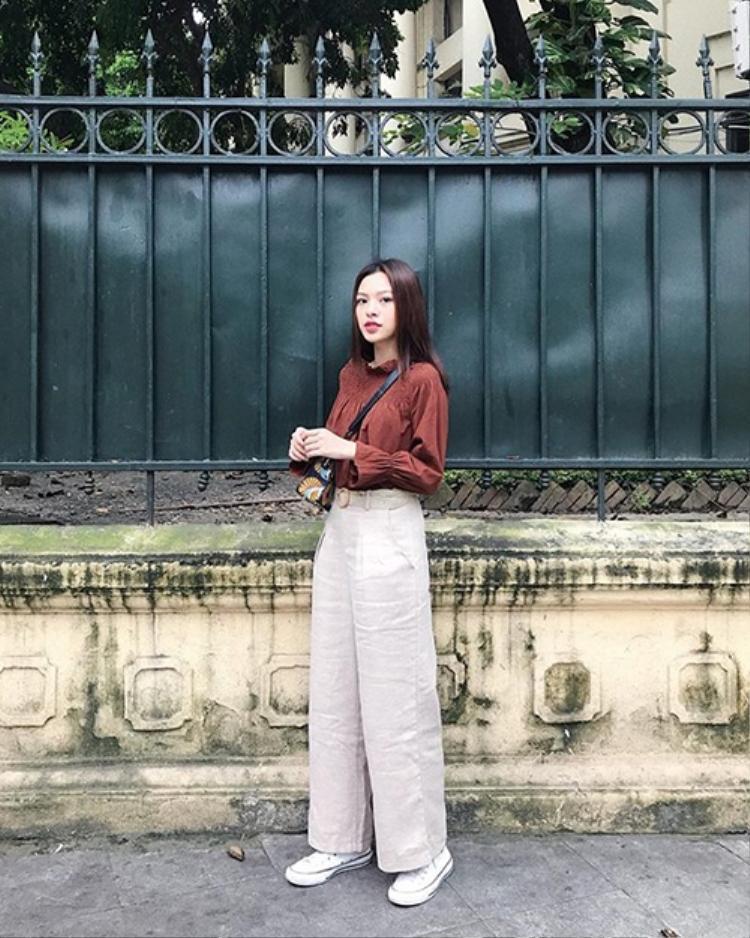 Tú Hảo lại lựa chọn outfit đơn giản khi xuống phố. Một lần nữa, bảng xếp hạng lại ghi danh một sao Việt lựa chọn tông màu đất, trầm ấm, cho thấy sức hút của gam màu này trong những ngày cuối năm.