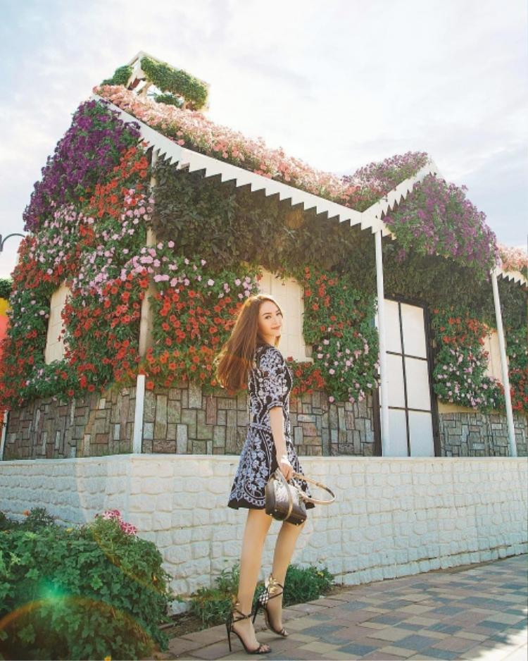 Minh Hằng lựa chọn mẫu váy thêu họa tiết cùng túi và đôi giày cao gót kiểu dáng lạ mắt khi đang dạo bước trong chuyến du lịch tại Dubai.