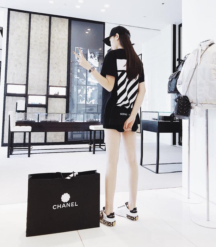 """Kỳ Duyên vẫn xứng danh """"Hoa hậu Hàng hiệu"""" khi liên tục diện những items hợp xu hướng. Đơn cử như giày thể thao Dolce & Gabbana cùng áo pull Off White là những món đắt giá mà người đẹp chưng diện trong outfit này."""