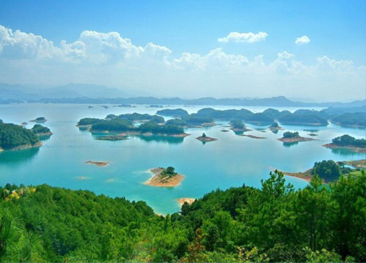 Có ai ngờ được dưới lòng hồ xanh mát kia là cả một thành phố cổ ngủ quên ngàn năm?