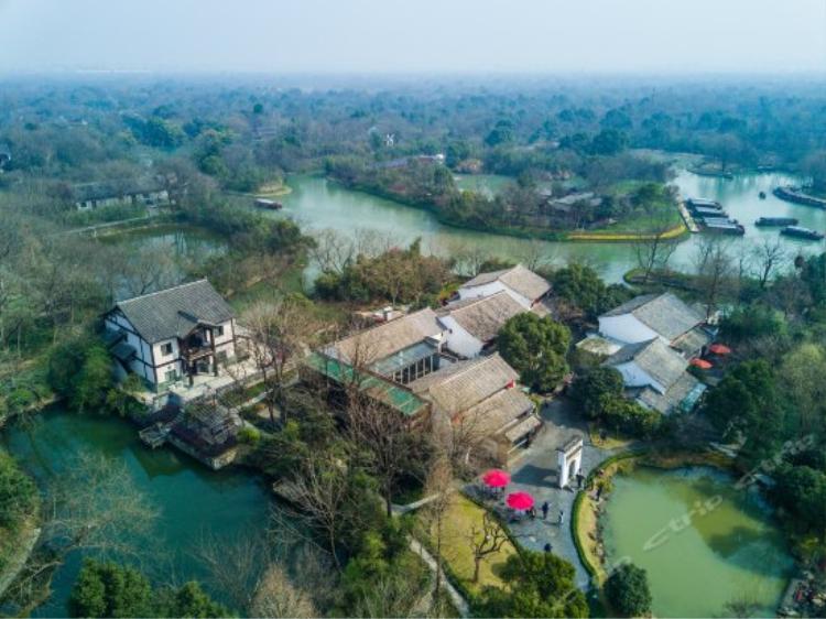 Vườn quốc gia Xixi nằm ở phía Tây Bắc của Hàng Châu, là một trong những nơi hiếm hoi ở Hàng Châu vẫn giữ được vẻ nguyên xơ. Phí tham quan khoảng 300,000/người.
