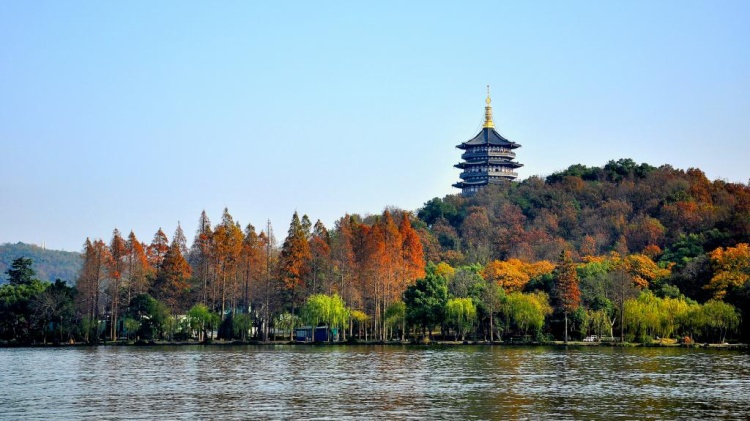Tháp Lôi Phong Tháp nằm ở phía Nam của Tây Hồ, được biết đến là nơi giam giữ Bạch xà trong truyền thuyết.