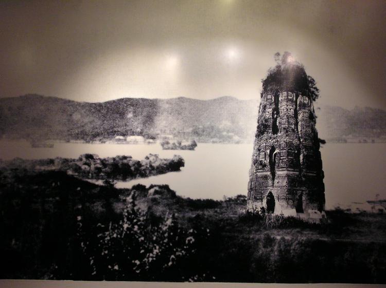 Hình ảnh tòa tháp Lôi Phong cũ trước khi sụp đổ. Hiện tòa tháp mới đã được xây dựng lại dựa trên nền móng cũ có sẵn.