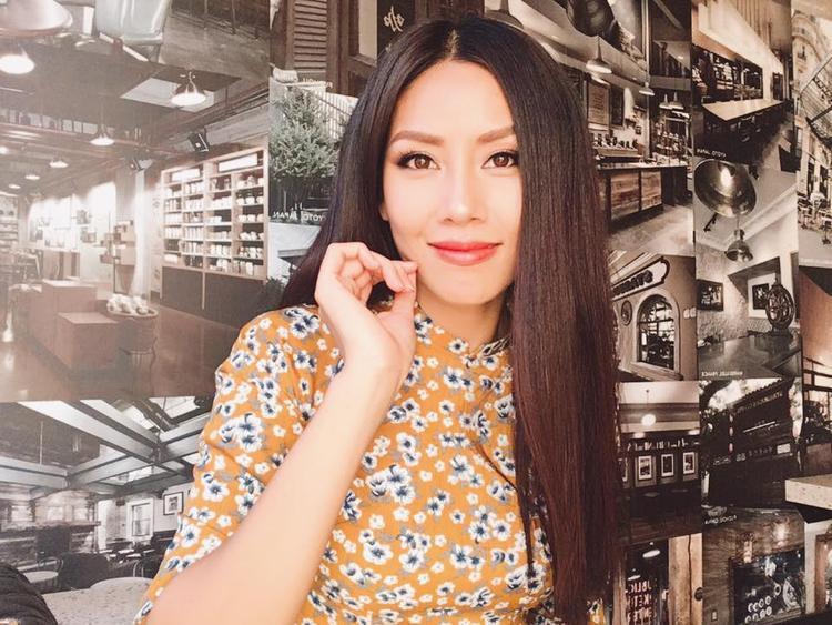 Sau khi đặt chân đến Mỹ,Á hậu các dân tộc Việt Nam có chuyến thăm hỏi và đi chơi với các kiều bào tại đây. Tuy chỉ diện áo dài giản dị nhưng Nguyễn Thị Loan vẫn vô cùng xinh đẹp và rạng rỡ.