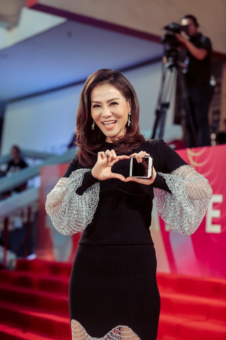 Theo kịch bản ban đầu, cô sẽ là người đầu tiên xuất hiện trên thảm đỏ để dẫn đầu đoàn các nghệ sĩ Việt lẫn Hàn trong phần lên sóng này.