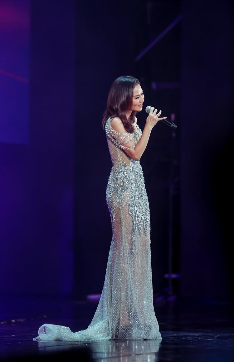 Thu Minh đã có 2 bài phát biểu mở màn và kết thúc bằng tiếng Anh được đánh giá là chỉnh chu, đầy cảm xúc và đậm chất quốc tế - điều mà rất nhiều fan Việt ngồi trước màn hình tự hào trong tối 25/11.
