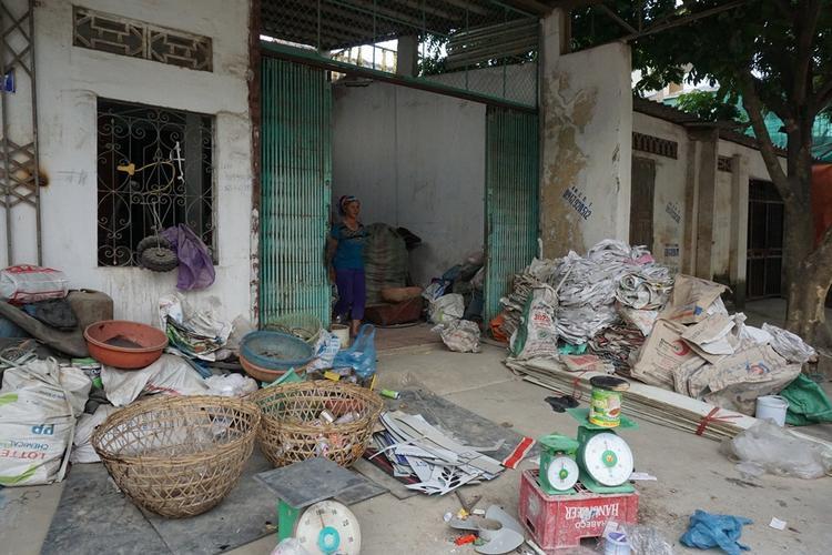 Nhà bà Thơm cách bãi rác 3km.