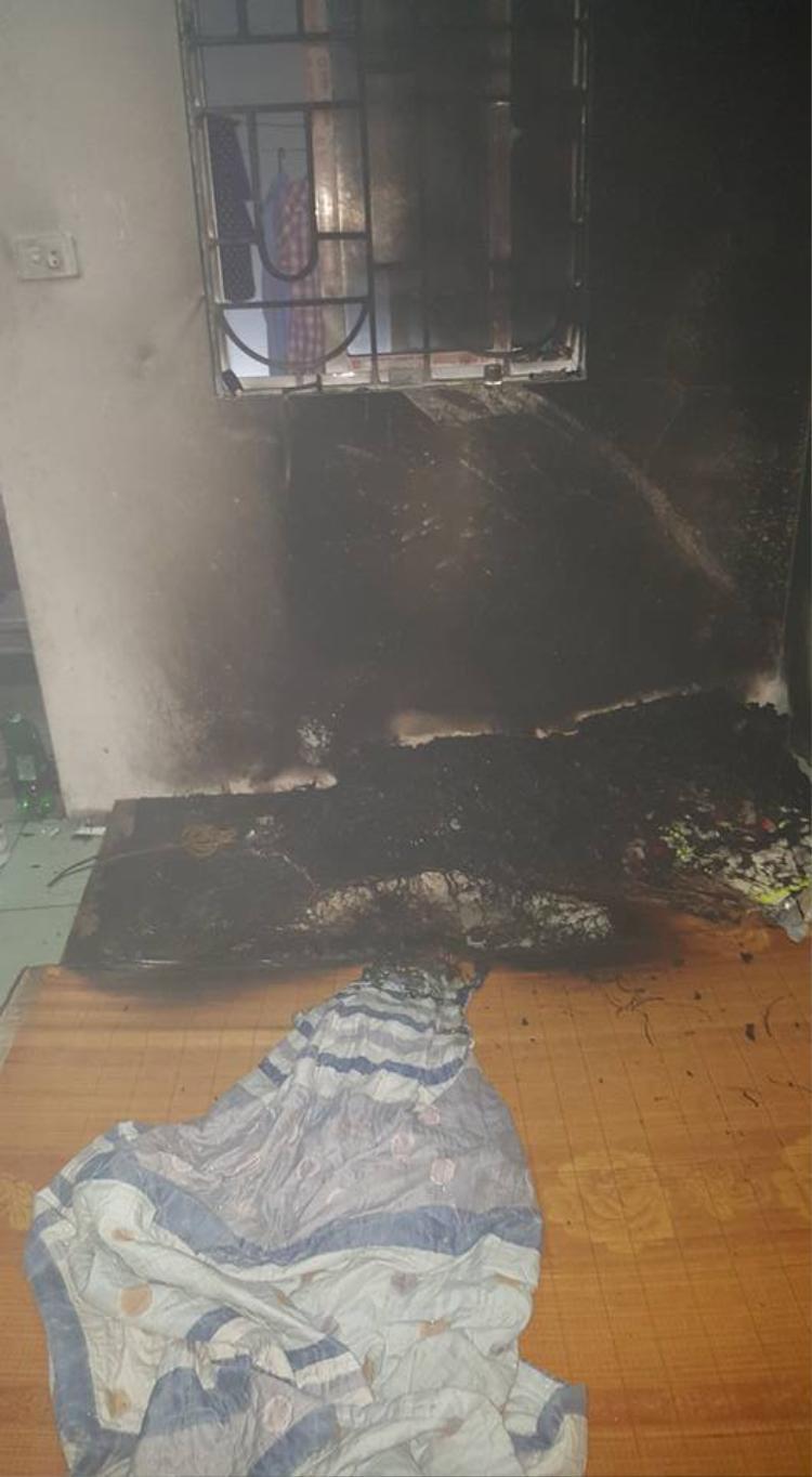 Tường và chăn gối đệm đều bị cháy rụi.