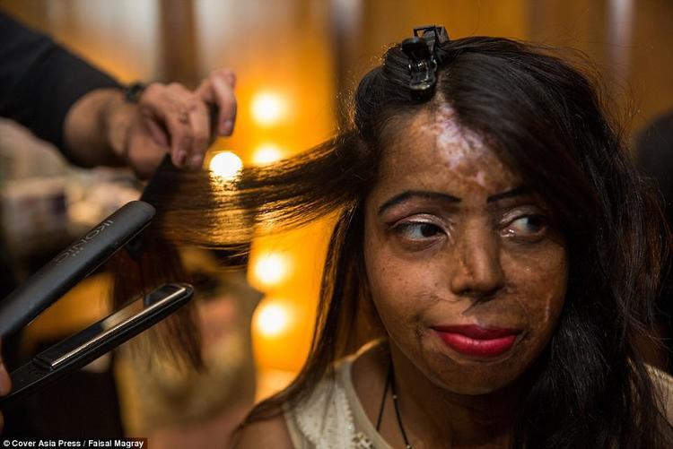 Một cô gái khác cũng từng là nạn nhân của axit, Mohini Gaurav, 33 tuổi. Trong ảnh, cô được trang điểm và làm tóc kỹ càng trước đêm diễn.